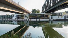 Deutschland Kreuzfahrtschiff bleibt an Flussbrücke hängen Unfortunate incident for Viking River cruise ship where two people died