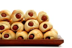 A fantastic and easy-to-make snack, pigs in a blanket is one of the popular snacks in USA, UK, and Canada. Even though the name sounds funny and somewhat complicated, it is nothing but a scrumptious sausage inside a special crescent roll. Appetizer Dips, Appetizer Recipes, Best Pigs In A Blanket Recipe, Tasty, Yummy Food, Fun Food, Yummy Yummy, Tailgate Food, Tailgating