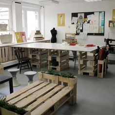 Make your own office furniture with recycled pallets. Over twenty awesome office furniture made with pallets. Feed your design ideas now. Sewing Spaces, Sewing Rooms, Pallet Furniture, Office Furniture, Coin Couture, Cool Office, Sewing Studio, Home And Deco, Interior Design Living Room