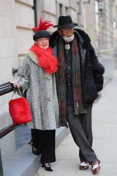 Как мы выглядим в элегантном возрасте? Наверное, по-разному бывает :) Но большинство из нас старается приблизиться к модно-классическим канонам при выборе одежды. А ведь можно выглядеть так, как нам хочется — элегантный возраст предоставляет Свободу Выбора! Недавно в интернете зацепилась взглядом за фотографии с моделями элегантного возраста. Меня они настроили на позитивный лад!