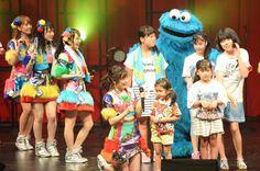 画像・写真|「恋するフォーチュンクッキー」を人気キャラクターや子どもたちと歌って踊った(C)AKS TM/(C)Sesame 1枚目