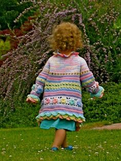 A unique masterpiece with total fascination guarantee! Crocheting this piece is a lot of fun as you work with a variety of colors, patterns and shapes. Thanks to its wide shape the coat can be worn by your kid for several years: as a long coat for a 1.5 year old or as a jacket with ¾ sleeves for a 7 year old.