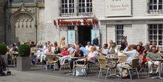 In het Nieuwe Kafe, horend bij de Nieuwe Kerk in Amsterdam, zijn ratjetoe-witjes (Friese witjes in verschillende pasteltinten) geplaatst van de Albarello.