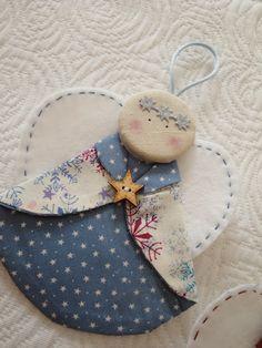 Ornamento Anjo. Use um CD para molde do corpo, um coração para as suas asas, e um círculo ou botão coberto, para a cabeça.