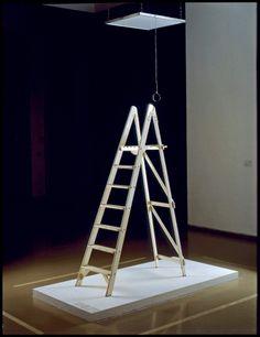 """Der er tale om installationen """"Yes"""", hvor ordet kun kan læses fra toppen af stigen og med lup. Yoko ono"""