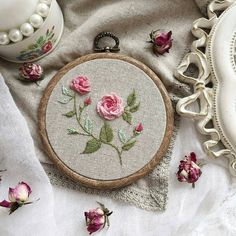Wonderful Ribbon Embroidery Flowers by Hand Ideas. Enchanting Ribbon Embroidery Flowers by Hand Ideas. Brazilian Embroidery Stitches, Types Of Embroidery, Rose Embroidery, Silk Ribbon Embroidery, Hand Embroidery Designs, Cross Stitch Embroidery, Embroidery Patterns, Machine Embroidery, Embroidery Thread