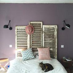Des volets en guise de tête de lit