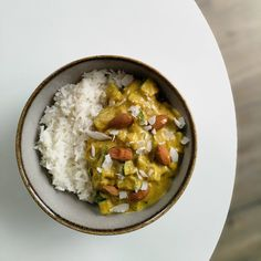 Curry de courgettes, amandes et lait de coco If you like Indian dishes, here is a vegan variant of korma chicken that you might like. This dish is very quick and simple to make, and very tasty. Vegan Zucchini Recipes, Easy Healthy Recipes, Healthy Zucchini, Protein Recipes, Healthy Chicken, Korma, Zucchini Curry, Vegan Art, Batch Cooking