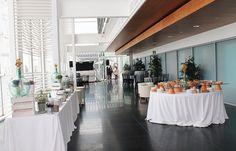 Barra libre en el Pabellón de la Navegación de Sevilla. Los clientes incluyen servicios de bufé asiático y quesos.