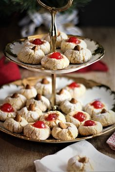 Chewy Amaretti (Italian Almond Cookies) - Mangia Bedda - My inner foodie Italian Almond Cookies, Italian Cookie Recipes, Italian Desserts, Italian Cake, Baking Recipes, Dessert Recipes, Pastry Recipes, Gourmet Desserts, Picnic Recipes