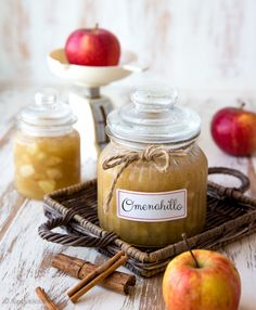 Kanelilla ja muskottipähkinällä maustettu omenahillo säilöö omenasadon hedelmät. Raikas ja maukas hillo on helppo valmistaa. Se sopii niin puuroon, lettuihin, pannukakkuun, vohveleihin kuin kakun täytteeksi. Good Food, Yummy Food, Dips, Food And Drink, Veggies, Cheese, Baking, Sweet, Desserts