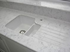 White ceramic undermount sink with #Lyra #Silestone worktops, #drainergrooves, undersill and window sill