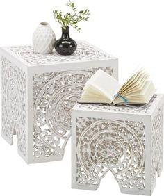 Beistelltisch aus Holzwerkstoff in der Farbe Weiß, mit Ornament. 2er-Set. Dekoartikel sind nicht im Lieferumfang enthalten!