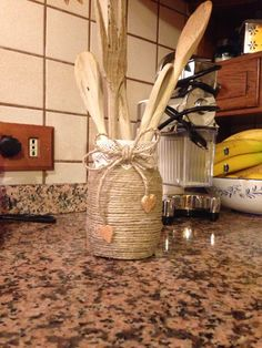 Spago, sughero su un vasetto di vetro. Tin Can Crafts, Diy Home Crafts, Garden Crafts, Mason Jar Crafts, Bottle Crafts, Homemade Home Decor, Burlap Crafts, Painted Mason Jars, Decorated Jars