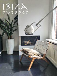 Leuke foto ontvangen van een klant uit Amsterdam met onze Ushuaia lounge stoel erop, deze vintage stoel met wit leer staat erg leuk in deze woonkamer. Bij interesse graag even mailen naar ibizaoutdoor@gmail.com