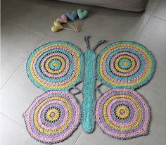 tapetes de barbante de desenho borboleta colorida Owl Rug, Crochet Home, Crochet Rugs, Crochet Squares, Rug Making, Floor Mats, Free Pattern, Crochet Earrings, Blanket