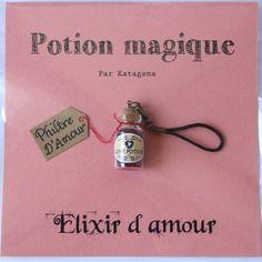 Porte-clé potion magique : elixir d'amour contenu dans une fiole en verre remplie de microbilles rouges