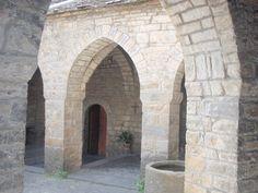 La iglesia de Santa María de Aínsa, también conocida como iglesia de la Asunción, fue construida entre finales del siglo XI y la primera mitad del siglo XII, siendo consagrada… http://www.rutasconhistoria.es/loc/iglesia-de-santa-maria-ainsa