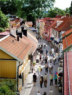 Day Trip from Stockholm: Upptäck Sveriges första stad - Sigtuna! Här lockar äventyr för både stora och små. Slott, runstenar, shopping och hotellövernattningar. Varmt välkomna!