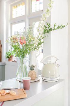 Pastelkleuren in de keuken   Stek Magazine   Woonstijl romantisch Kitchen Island Decor, Glass Vase, Table Decorations, Furniture, Home Decor, Kitchen Stuff, Blog, Lifestyle, Colorful Houses