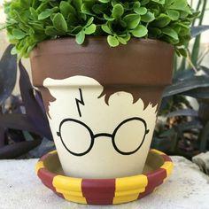 16. Um vaso com o rosto do Harry Potter