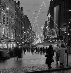 Aleksanterinkatu joulukatuna nähtynä Kolmensepänaukiolta. Volker von Bonin 1.12.1984—31.12.1984. Helsingin kaupunginmuseo.