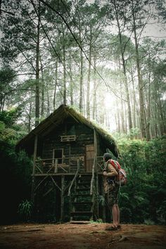 mountaineer standing in the middle of forest nearby hut photo – Free Forest Image on Unsplash Different Types Of People, Wooden Staircases, Picture Postcards, Holiday Accommodation, Beach Town, Byron Bay, Marine Life, Taking Pictures, Nice View