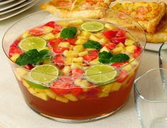 Erdbeer Ananas Bowle mit Limette, Ginger Ale und Minze. Alkoholisch mit in Wodka eingelegter Ananas oder auch alkoholfrei.