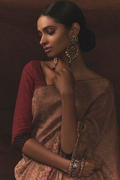 Dark skin is beautiful Indian Photoshoot, Saree Photoshoot, Indian Look, Indian Wear, India Beauty, Asian Beauty, Girl Photography, Fashion Photography, Indian Aesthetic