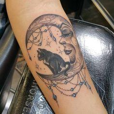 Tattoo Katze auf Traumfänger Mond