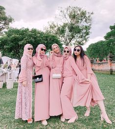 When our closest friends get married, surely we will be happy too, right! When you get a uniform bridesmaid, of course this is a golden opportunity for you to be … Hijab Gown, Hijab Dress Party, Hijab Style Dress, Hijab Outfit, Dress Brukat, Kebaya Dress, Kebaya Brokat, Simple Bridesmaid Dresses, Wedding Dresses