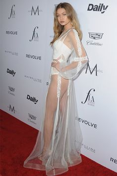 大家都說好像白天鵝!Gigi Hadid 透明薄紗長裙造型示範