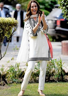 British Royal Family: The Duchess of Cambridge returned to SOS Children's Village on the final day of Royal Visit Pakistan Princess Kate Middleton, Kate Middleton Style, Pakistani Dress Design, Pakistani Outfits, Classy Outfits, Stylish Outfits, Royal Clothing, Indian Look, Indian Fashion
