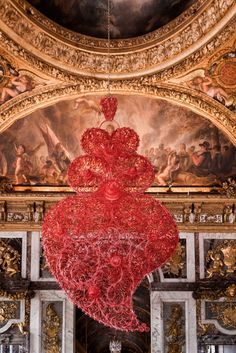 Joana Vasconcelos - portuguese heart made of plastic cutlery in an exibition of this artist in the Palace de Versailles Versailles, Michelangelo, Women Artist, Hall Of Mirrors, Murals Street Art, Portugal, Installation Art, Art Installations, Crochet Art