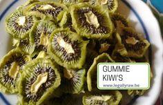 Gummie kiwi's 😉  Als je overgestapt bent naar gezond veganistisch eten, maar je houdt op zijn tijd wel van een zuur snoepje, dan zijn gummie beertjes natuurlijk uit den boze.http://legallyraw.be/gummie-kiwi/