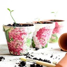 How to upcycle Cheap Flower Pots. Decoupage your pots with floral napkins. Raid the leftovers from your last cocktail party and reuse those pretty paper napkins to update a set of small pots. Large Flower Pots, Plastic Flower Pots, Plastic Planter, Dollar Store Crafts, Dollar Stores, Diy Plant Stand, Ideias Diy, Terracotta Pots, Clay Pots