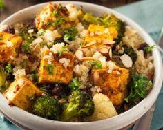Salade de quinoa santé au tofu, amandes et brocolis