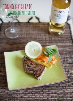 Tonno grigliato marinato alle spezie e salsine, per assaporare a pieno l'estate con una gustosa mangiata di pesce.
