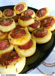 Klobásová kolečka k vínku, nebo pivku recept - TopRecepty. Slovak Recipes, Czech Recipes, Czech Desserts, Baking Recipes, Vegan Recipes, Appetizer Recipes, Appetizers, Good Food, Yummy Food