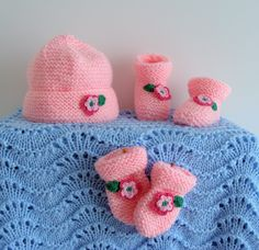 FLEURS... Layette Bonnet, chaussons et moufles rose naissance à 3 mois : Mode Bébé par danielainetricots