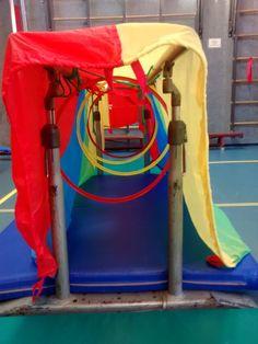 peuter, ouder/kind gym. Brug, hoepels, parachute