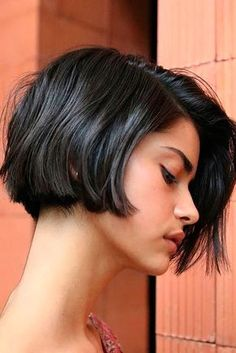 Latest Short Bob Haircuts for Women. Short bob haircuts are everlasting looks that everyone can wear based on the chop. With many fresh and modern takes Bob Haircuts For Women, Round Face Haircuts, Short Bob Haircuts, Short Hairstyles For Women, Haircut Bob, Summer Hairstyles, Short Blunt Haircut, Brown Bob Haircut, Short Blunt Bob