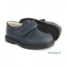 aaaa6aa76 Ahorra comprando estos zapatos escolares para niño en marino con velcro.  Bastante gasto tenemos con. Calzado infantil Shoesland
