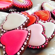What could be better Valentines Day gift than some adorable Valentines Day Cookies? So here are some cute valentines day cookies for you. Cookies Cupcake, Valentine's Day Sugar Cookies, Fancy Cookies, Iced Cookies, Cute Cookies, Cookies Et Biscuits, Cupcakes, Summer Cookies, Cookie Favors