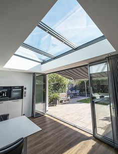 Foto's van lichtstraten en serre met lichtstraat. Style At Home, Flat Roof Skylights, Conservatory Interiors, Clever Kitchen Ideas, Cocina Office, Happy New Home, Industrial Kitchen Design, Cute House, Marquise