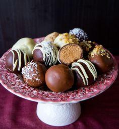 Himmelskt goda och lyxiga havrebollar doppade i choklad. Gräddiga havrebollar som blir frasiga av chokladen som de doppas i. Ljuvliga, vackra och inte alls svåra att göra. Ca 15 st havrebollar Havrebollar: 250 g smör 10 dl havregryn 2-2,5 dl socker (justera sötma efter smak, jag har i 2 dl) 1 dl oboy (kan ersättas med 2 tsk kakao och 0,5 dl socker) 3/4 dl grädde eller mjölk 2 tsk vaniljsocker Ca 1,5 dl kokos till rullning Choklad att doppa bollarna i: 300 g choklad, mörk- mörk- eller vi...
