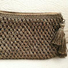 This Pin was discovered by Евг Crochet Clutch Bags, Crochet Wallet, Diy Clutch, Crochet Handbags, Crochet Purses, Filet Crochet, Crochet Bags, Love Crochet, Diy Crochet