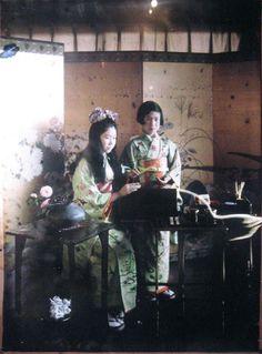 北白川宮美年子女王(きたしらかわのみやみねこじょおう)殿下(L), 北白川宮佐和子女王(きたしらかわのみやさわこじょおう)殿下(R) Princesses Kitashirakawa Mineko 北白川 美年子 and Sawako 北白川 佐和子, Kitashirakawa residence, Tokyo - Japan - Autochrome - 1926-27 Source : Albert Kahn - Archives of the Planet - Japan
