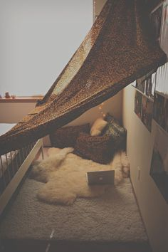 DETAILS: the net thingy over the bed creates this.. I dunno, grungy (yet somehow cozy) feeling..This is really a cute room