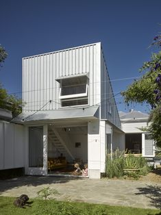 A Family's Queenslander Cottage Is Cracked Open With an Airy, Shed-Like Addition #dwell #australia #homerenovations External Cladding, Metal Cladding, Interior Architecture, Interior And Exterior, Australian Architecture, Australian Homes, Exterior Design, Queenslander, Prefab Homes
